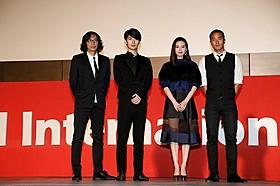 主演の三浦春馬(左から2番目)と行定勲監督(最左)「真夜中の五分前」