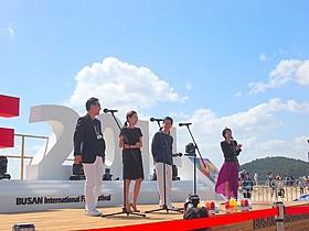 大声援の中舞台挨拶を行った加瀬亮(左から3番目)ら「自由が丘で」