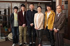 記者会見に出席した(左から)濱田龍臣、 前田公輝、杉本哲太、鈴木京香、高橋一生、品川徹