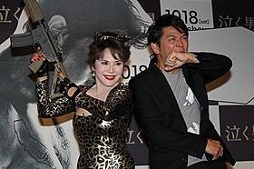 セクシースナイパー風のデヴィ夫人(左) と「ますだおかだ」の岡田圭右「泣く男」