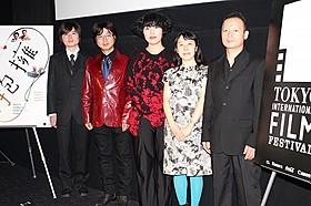 舞台挨拶を行った(右から)坂口香津美監督、 落合篤子、大沢充奈(あてな)、山下博文、一本嶋諭「抱擁」