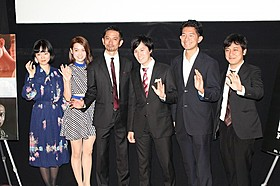 緊張の面持ちで舞台挨拶を行った中川龍太郎監督(右端)ら「愛の小さな歴史」
