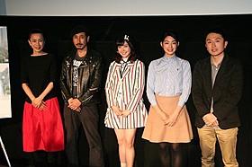 舞台挨拶に出席した(左から)渡辺真起子、渋川清彦、 遠藤新菜、秋月三佳、西原孝至監督