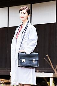 白衣を身にまとい、女性医師に扮した平山あや「いしゃ先生」