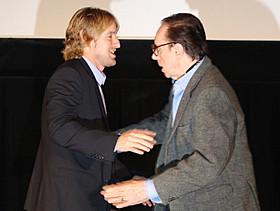 壇上で抱き合うオーウェン・ウィルソンと ピーター・ボグダノビッチ監督「ワカラナイ」