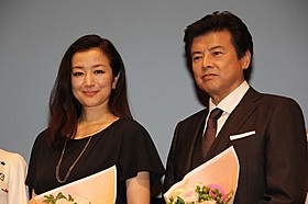 被災地への思いを語った鈴木京香(左)と三浦友和「救いたい」