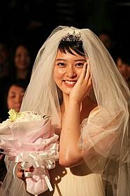 ウエディングドレス姿を披露した武井咲「クローバー」
