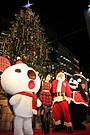 清川あさみ、パルコのクリスマスツリー点灯式にモンタクロースと登場!