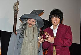 (左から)ガンダルフとビルボになりきったLiLiCoと森川智之「ホビット 決戦のゆくえ」