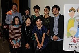 """沖田修一監督(右端)と、 映画女優となった""""おばちゃん""""たち「滝を見にいく」"""