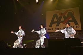 岸谷五朗と寺脇康文とともにオープニングを飾った三浦春馬(中央)「仮面舞踏会」