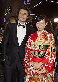 (左から)グリーンカーペット上で対面した オーランド・ブルームと前田敦子「ホビット 決戦のゆくえ」