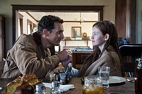 マコノヒー演じるクーパー(左)は、愛する娘を残して宇宙に旅立つが……「インターステラー」
