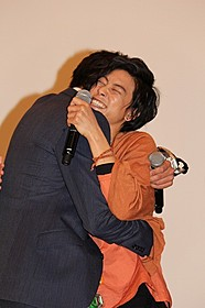 抱き合う竹内涼真と佐野岳「仮面ライダー×仮面ライダー ドライブ&鎧武(ガイム) MOVIE大戦フルスロットル」