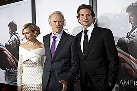 クリント・イーストウッド監督(中央)と ブラッドリー・クーパー、シエナ・ミラー「アメリカン・スナイパー」