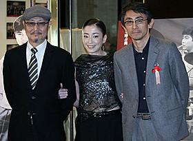 主演女優賞に輝いた宮沢りえ(中央)と 吉田大八監督、石橋蓮司「永遠の0」