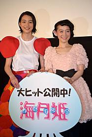 舞台挨拶に立った能年玲奈と篠原ともえ「海月姫」