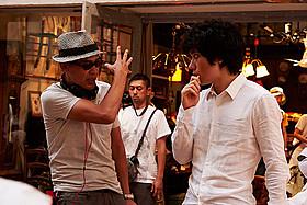 「天の茶助」撮影中のSABU監督と松山ケンイチ「天の茶助」