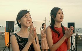 杉野希妃(左)と小篠恵奈がダブル主演した 三澤拓哉監督作「3泊4日、5時の鐘」「3泊4日、5時の鐘」