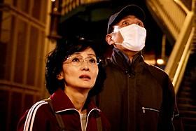 松重豊とともに逃亡犯カップルを演じた南果歩「さよなら歌舞伎町」