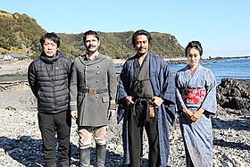 和歌山県串本町で撮影の進む「海難1890」 (左から)田中光敏監督、ケナン・エジェ、内野聖陽、忽那汐里「友情」