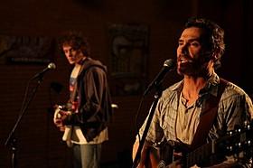 吹き替えなしで歌とギターを披露するクラダップとイェルチン「君が生きた証」