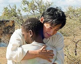 """ケニアでひとりの日本人医師が""""希望""""のバトンをつなぐ「風に立つライオン」"""