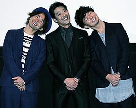 おどける堤真一(中央)とナオト・ インティライミ、「湘南乃風」のSHOCK EYE「神様はバリにいる」