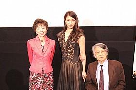 初日舞台挨拶に感無量の秋元才加(中央)「マンゴーと赤い車椅子」