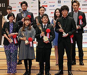 熊切和嘉監督(下段右から2人目)、 綾野剛、安藤サクラら受賞者たち「私の男」