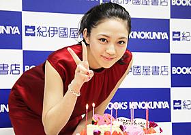 バースデーケーキを前に笑顔の川口春奈