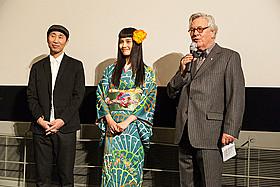 アンティークの着物で舞台挨拶に立った橋本愛(中央)「春」