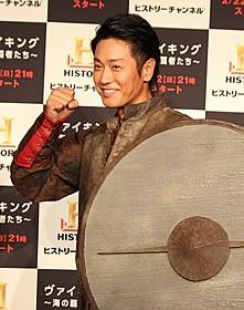 伝説のバイキング王の衣装で登場した永井大
