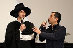 個性的な衣装で登場したオダギリジョー(左)