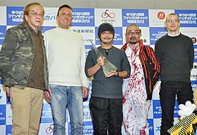 グランプリを獲得した森川圭監督(中央)「メイクルーム」
