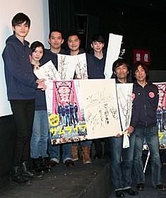 舞台挨拶に出席した三浦貴大(左から3人目)、松岡茉優ら「サムライフ」