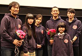 舞台挨拶に立った(左から)森谷雄監督、蒼波純、 松岡茉優、三浦貴大、山田望叶ちゃん、柾木玲弥「サムライフ」
