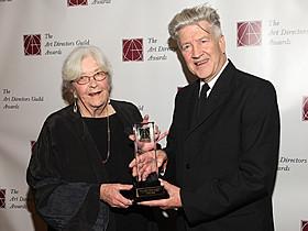 2011年、米美術監督組合賞で生涯功労賞受賞時の ノリスさん(左)とリンチ監督「ツイン・ピークス」