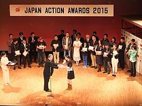 ベストアクション女優賞を受賞した武井咲(右)と 崔洋一監督(中央左)「るろうに剣心」