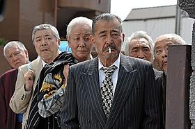 """龍三ら""""ジジイ""""たちは若造軍団と対決する「龍三と七人の子分たち」"""