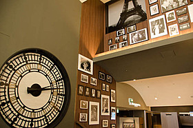 ロビーにはハリウッドスターの写真と大きな時計のモチーフが!「カフェ・ド・フロール」