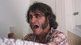 マリファナ好きの私立探偵ドックを演じるホアキン・フェニックス「インヒアレント・ヴァイス」