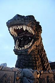 新宿に登場したゴジラヘッド「ゴジラVSモスラ」