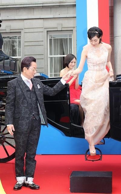 水谷豊「王妃の館」完成披露に馬車で登場! 紳士的なエスコートに女優陣うっとり