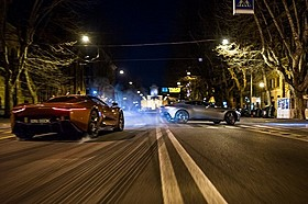 アストンマーティン(右)とジャガーが夜のローマを疾走「007 スペクター」