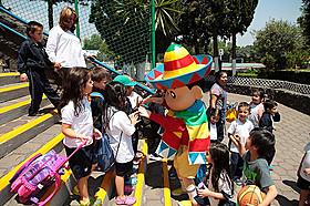 メキシコの子どもたちと交流するしんちゃん「映画クレヨンしんちゃん オラの引越し物語 サボテン大襲撃」