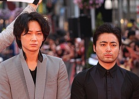 共演した綾野剛と山田孝之「新宿スワン」