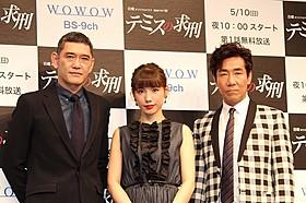舞台挨拶に立った主演の仲里依紗と 共演の岸谷五朗、杉本哲太