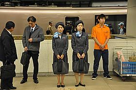 ロマンスカーアテンダントの制服に身を包んだ大島優子「ロマンス」