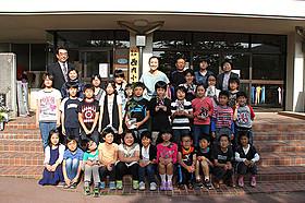 鈴木京香と訪問先の小学校の子どもたち「おかあさんの木」